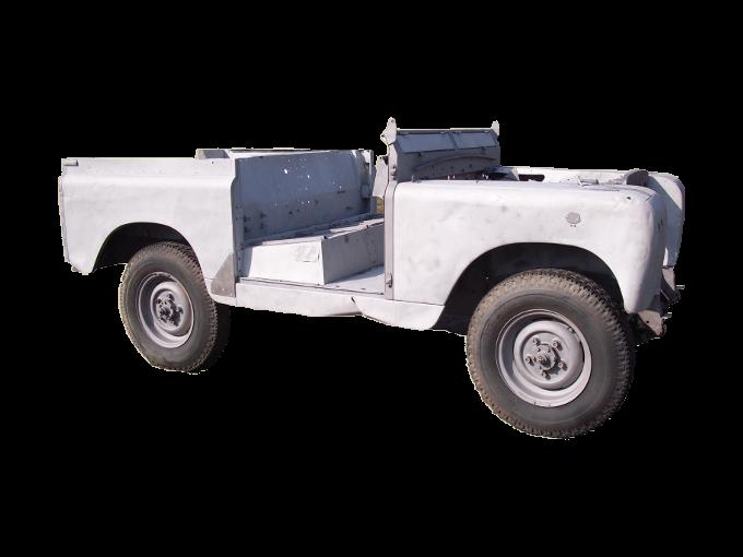 Karosserie eines Oldtimer Jeep nach dem Sandstrahlen